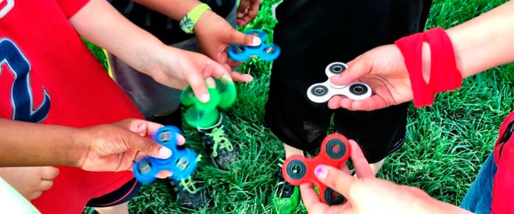 Crianças com hand-spinner